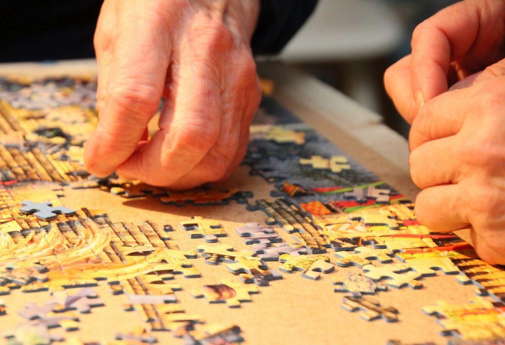 anciano ejercitando su mente con un puzzle