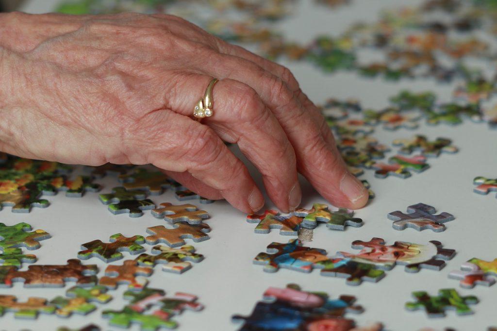 Persona mayor ejercitándose con un puzzle