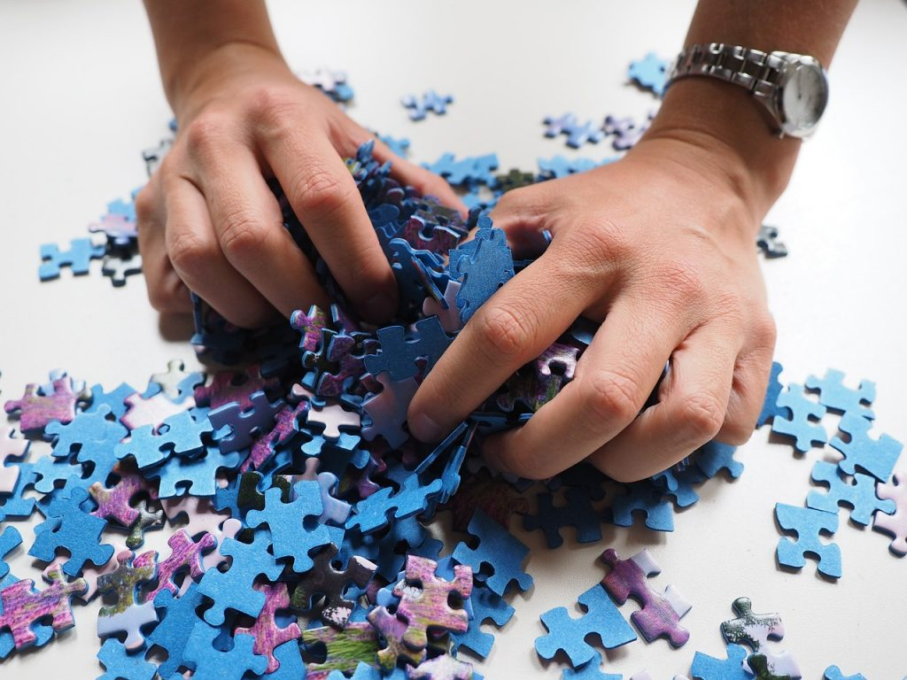 Manos desmontando un puzzle
