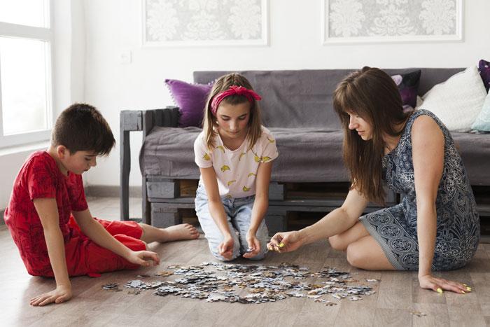 Familia jugando con un puzzle