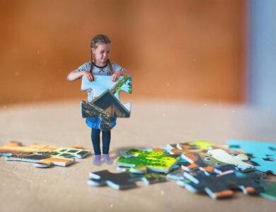 Niña jugando con puzzle gigante